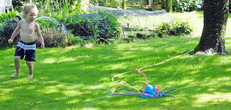 pieuvre arroseur au meilleur prix jouet de jardin eau. Black Bedroom Furniture Sets. Home Design Ideas
